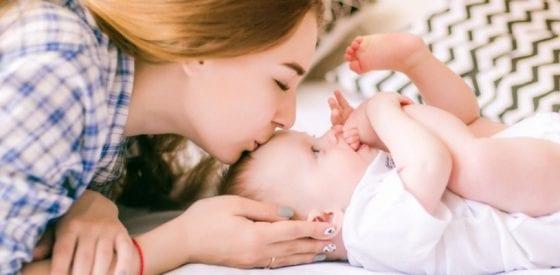 Ihre ersten Tage zu Hause nach dem Krankenhausaufenthalt Gastautorin: Natalie Michele Die Zeit nach der Geburt ist gezeichnet von mehreren Hochs und Tiefs. Sie freuen sich sehr darüber, dass Ihr Kind endlich da ist, aber Sie leiden auch unter Schlafmangel und sind vielleicht sogar ein bisschen traurig. In den ersten Tagen nach der Entbindung im Krankenhaus ist es normal, sich gleichzeitig glücklich und überfordert zu fühlen. Mit so vielen gemischten Gefühlen und einem neuen Baby an Bord sollten Sie sich für Ihre ersten Tage nach dem Krankenhaus auf Folgendes einstellen: Reisen mit Ihrem Neugeborenen Ihr Neugeborenes nach Hause zu bringen kann sehr aufregend sein. Vor lauter Aufregung kann man dabei leicht übersehen, wie genau man sein Baby nach Hause transportiert. Denken Sie daran, dass Neugeborene beim Verlassen des Krankenhauses in einem nach hinten gerichteten Autositz sitzen müssen. Dies dient der Sicherheit Ihres Babys, wenn Sie Ihr Kind nach Hause bringen. Sie sollten sich darüber informieren, welcher Kindersitz perfekt für Ihre Familie ist. Sobald Ihr Baby das Krankenhaus verlässt, müssen Sie es vor Gefahren, aber auch vor Bakterien und Viren, schützen. Ärzte empfehlen, nicht mit Ihrem Baby zu reisen, bevor es mindestens einen Monat alt ist. Nur Schwammbäder! Die Nabelschnur Ihres Babys wird in den nächsten Wochen noch empfindlich sein. Um den Heilungsprozess Ihres Kleinen zu beschleunigen, sollten Sie diesen Bereich trocken halten. Aus diesem Grund sollten Sie Ihren Nachwuchs nur mit einem Schwammbad waschen. Wenn Sie den Bauchnabel Ihres Kleinen in Wasser tauchen, dauert das Auslösen der Nabelschnur länger als die üblichen drei Wochen. Diese Regel gilt auch für Neugeborene, die bei der Geburt beschnitten wurden. Es ist wichtig, dass der Bereich vollständig geheilt ist, bevor er mit Wasser in Kontakt kommt. Gehen Sie davon aus, dass Ihr Zeitplan dem Zeitplan Ihres Babys folgen muss Vor der Geburt hören Sie andere Eltern vielleicht darüber reden, dass die Pf