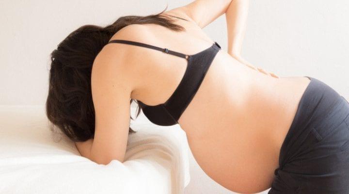 Wie Sie Rückenwehen während der Geburt vermeiden