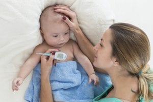 Wie Sie das erste Fieber Ihres Babys behandeln