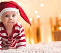 Babysicheres Weihnachtsbaumschmücken und weitere Feiertagstipps für frischgebackene Eltern